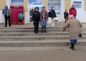Komi, Syktyvkar: in front of the railway station with the guard
